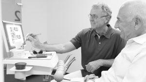 Aesthetik - Zahnarzt Dr. Gauchel Düsseldorf Carlstadt zeigt dem Patienten ein Röntgenbild am PC