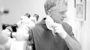 Zahnarzt Dr. Gauchel Düsseldorf - Spezialist für Endodontie - Wurzelbehandlung - mit Mikroskop - beim Abnehmen des Mundschutz
