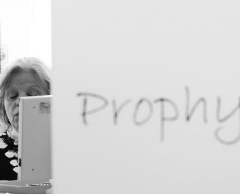 Prophylaxe - die zahnmedizinsche Prophylaxehelferin bespricht mit der Patientin die professionelle Zahnreinigung am Modell