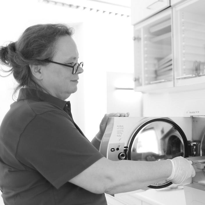 Hygiene bei Zahnarzt Dr. Gauchel Düsseldorf - die Mitarbeiterin befüllt den Sterilisator