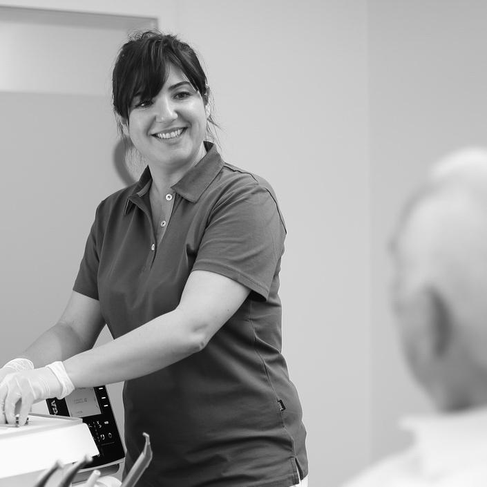 Endodontie bei Zahnarzt Dr. Gauchel Düsseldorf Carlstadt - die zahnmedizinische Fachangestellte bereitet den Patienten auf die Wurzelkanalbehandlng vor.