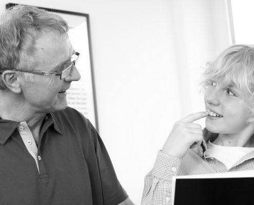 Zahnarztpaxis Dr. Gauchel Düsseldorf Carlstadt - der Zahnarzt bespricht mit dem Patienten, wie ein ästhetisch schöner Frontzahn entshteht