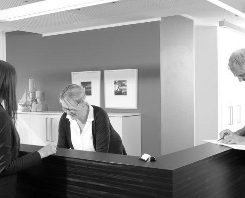 Zahnarzt Dr. Gauchel - Düsseldorf - Zahnmedizinische Fachangestellte vergibt an der Rezeption einen Termin an eine Patientin