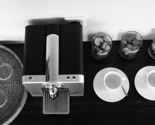 Cafe Dentista in der Zahnarztpraxis Dr. Gauchel Düsseldorf - Kaffeebar mit Kaffeemaschine und Wasser