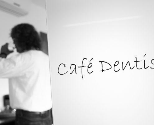 Cafe Dentista in der Zahnarztpraxis Dr. Gauchel Düsseldorf - Patientin an der Kaffeebar trinkt ein Glas Wasser