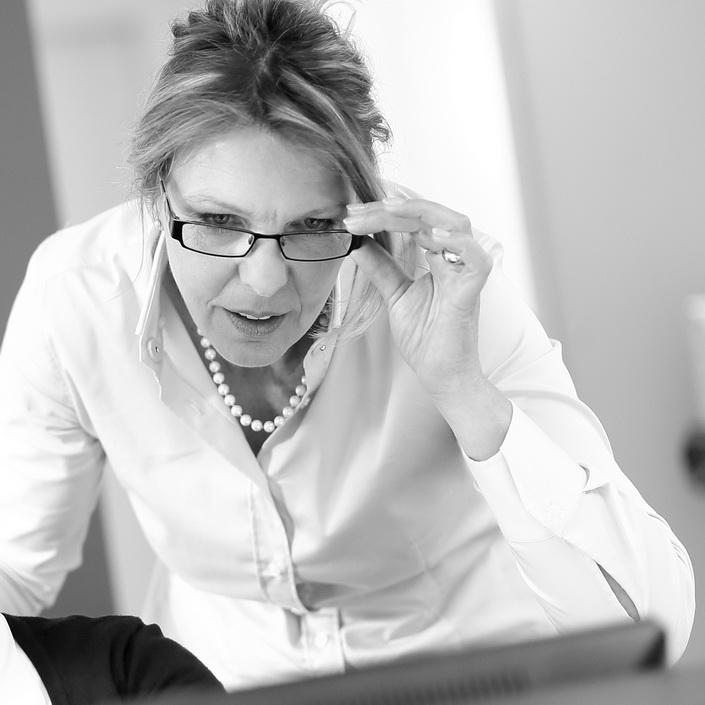 Zahnarztpraxis Dr. Gauchel Düsseldorf - Lydia Gauchel prüft, ob alle wichtigen Informationen vorliegen.