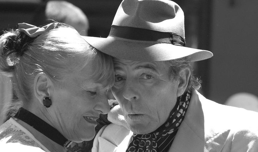 Älteres Paar ist glücklich und vital ohne Totalprothese